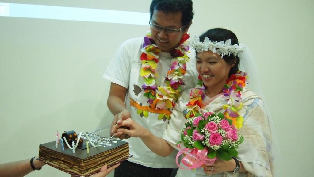 Sigit Tampan dan Vicky Cantik Memotong Kue